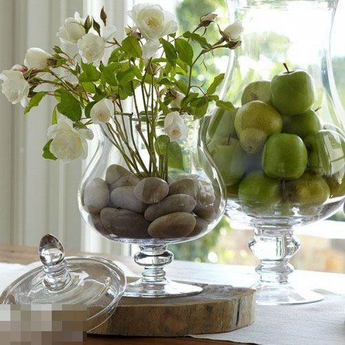 有许多光口的花瓶十分美观,但由于口较大底部较宽不能稳定住插花,在其中放入些鹅卵石,将插花的枝干固定住,光口花瓶与插花,鱼与熊掌可以兼得。