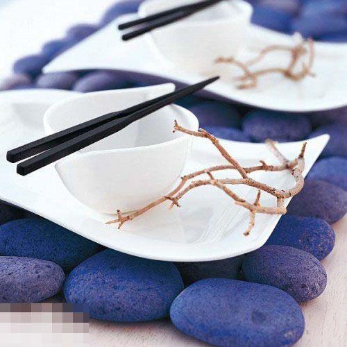 鹅卵石放在桌上不仅美观,由于其有良好的导热性,还能做桌垫,实在是一举两得,如图中,鹅卵石还被刷上了紫色,十分美丽。